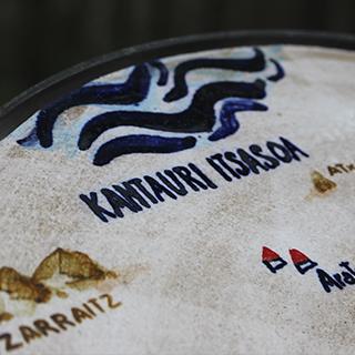 Itsasoko Pott Keramika estudioak Kizkitzarako egindako zeramikazko mapan Kantauri itsasoa