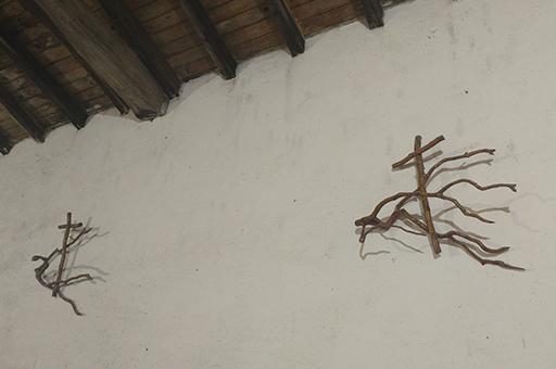 Itsasoko Kizkitzako baselizaren barrualdean, Jose Izaren egurrezko artelanak