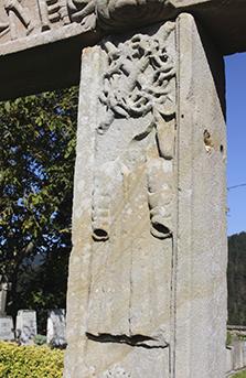 Itsasoko hilerriko gurutzearen detailea: Arantzadun koroa zetroarekin gurutzatua eta Jesusen tunika